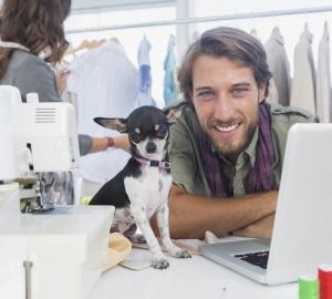 Att hunden trivs på arbetsplatsen och kan känna sig lugn och trygg är precis lika viktigt som att de anställda gör det.