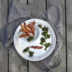 Torkad kyckling i sega munsbitar. Grönkålschipsen smulas gärna över hundens mat som nyttigt tillskott.