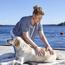 Labradoren Zowie, tillika Härliga Hunds redaktionshund, får en mysig stund med matte Anna Larsén.