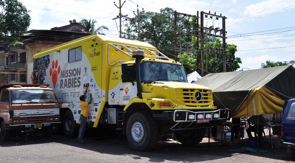 Lastbil med operationssal och labb.