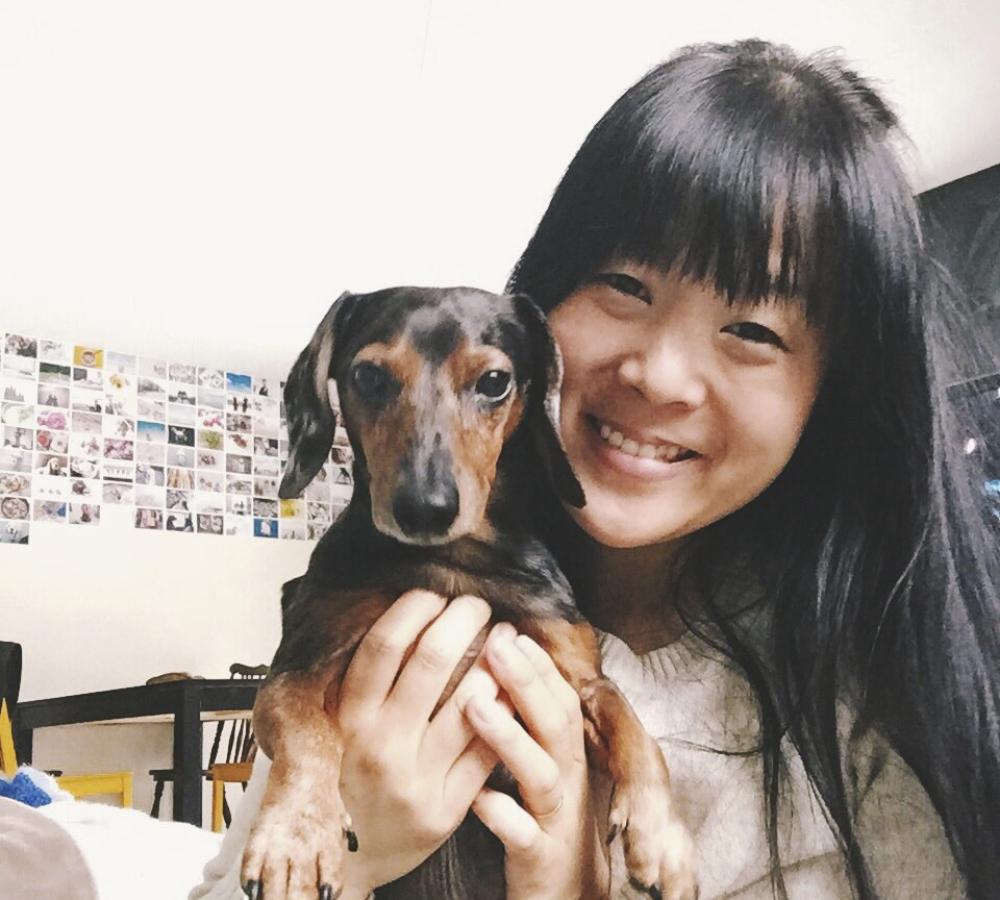 Jane som är hundpassare, med en av hundgästerna