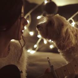 Daniela sjunger för sin söta hund