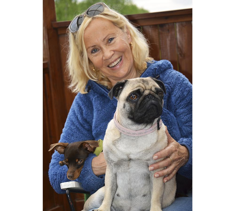 Agnetha med båda hundarna i knät