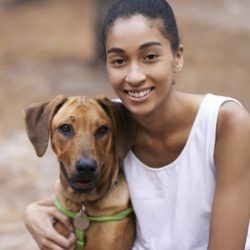 glad tjej med hund