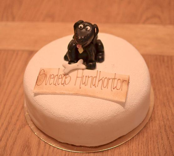 tårta med texten svedeas hundkontor