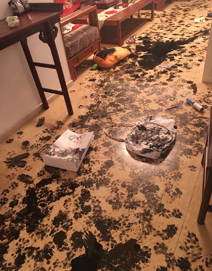 Fina tassavtryck på golvet