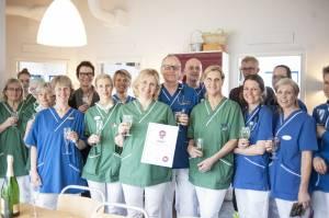 Smådjurskliniken Din Veterinär i Helsingborg överraskades med diplom och bubbel när de utsågs till Årets Djurklinik. Personalen var helt ovetande.