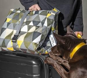 Väskan funkar bra att ställa på en resväska. För att inte väskan ska ramla av sydde jag fast ett bandlås på ett nylonband och spände helt enkelt fast väskan i resväskans handtag. Bandlås och nylonband finns på Ohlssons tyger.