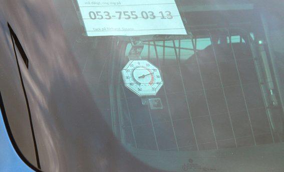 Lapp i bilfönster med texten: På den här lappen står det: