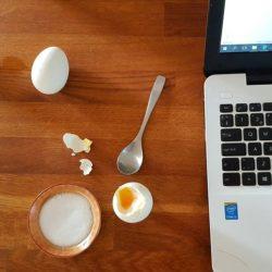 frukostägg vid laptop