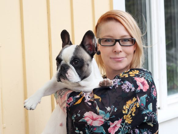 Författaren Anna Hansson med sin franska bulldogg Dolly, som är förlagan till Dolly Detektiv