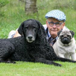 Hans Rosenberg med sina hundar Ecko och Ryssen.