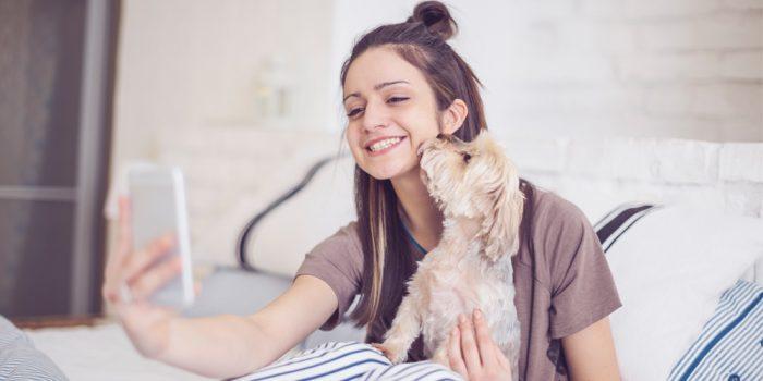 Handen på hjärtat – hur många bilder tar du på din hund?
